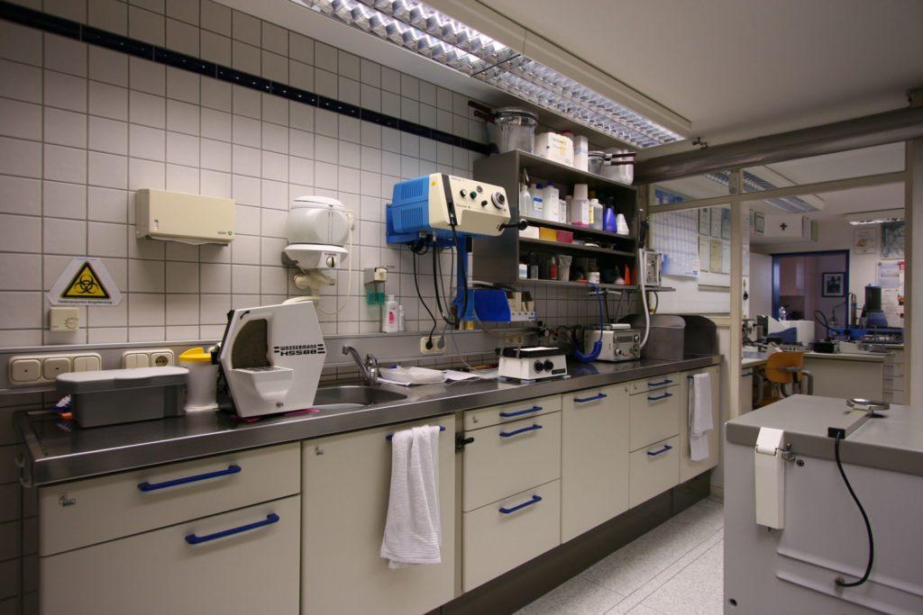 Der Funktionsraum: Erste Station jeder Arbeit; die Abdrücke werden im Desinfektionsbad gereinigt und anschließend fachgerecht ausgegossen.
